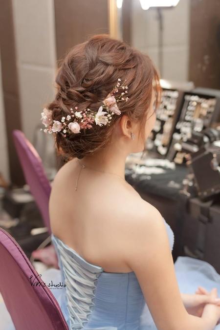 盤髮造型和花的浪漫組合